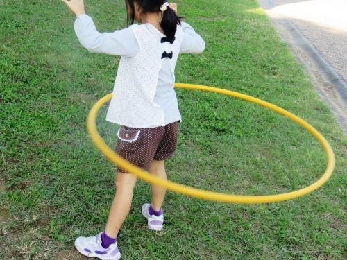 フラフープを使って遊ぶ子供