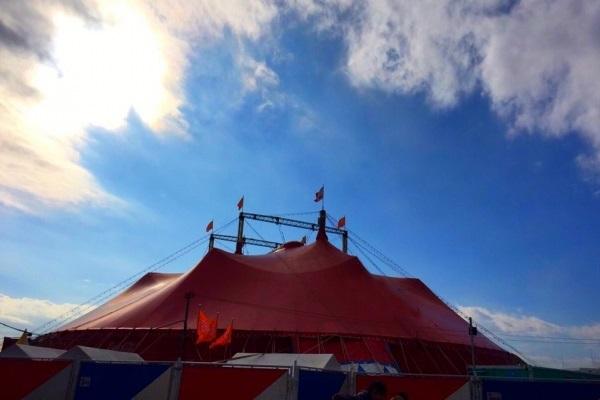 サーカス団のテント