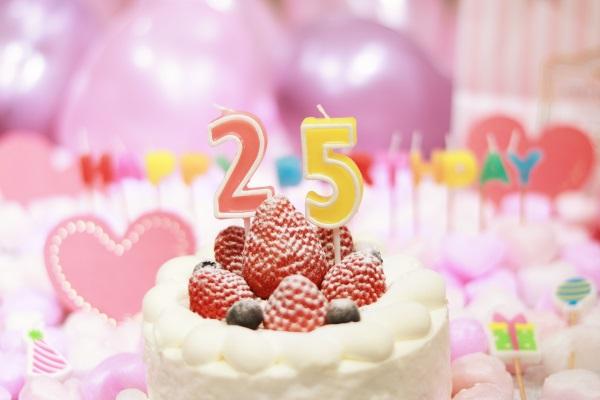 25日のキャンドルが乗った誕生日ケーキ