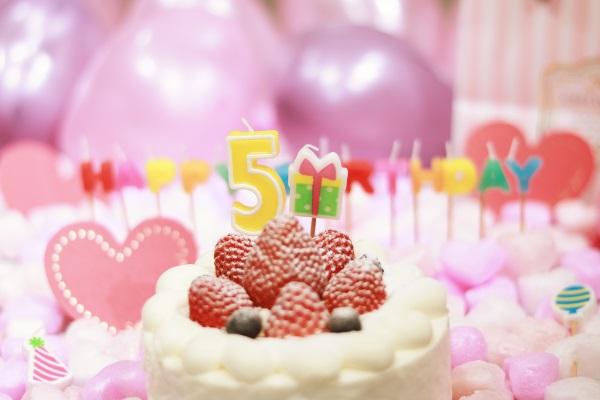 5日の誕生日ケーキとキャンドル