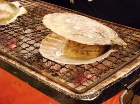 ホタテ貝を焼いています
