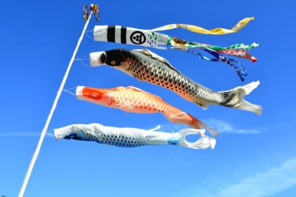 大空を泳ぐ鯉のぼり