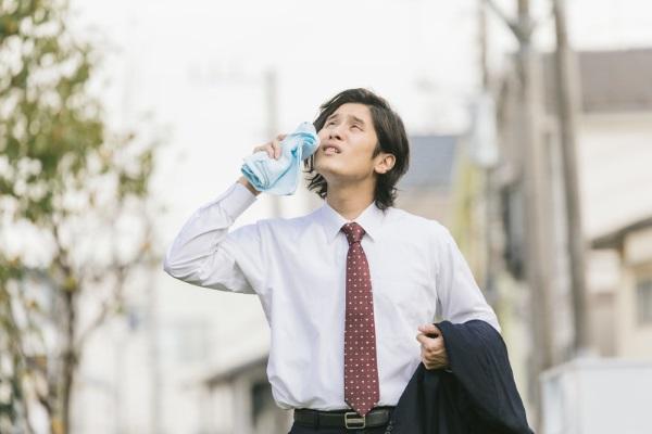 暑い日に働く営業マン