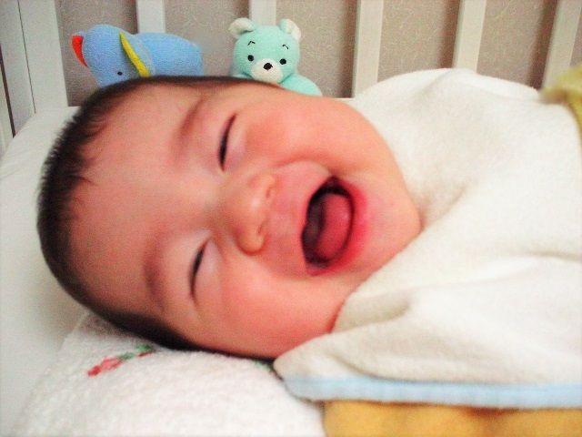 大笑いする赤ちゃん