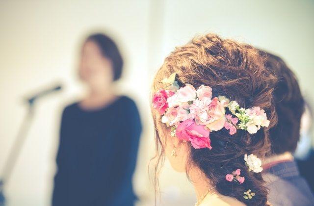 披露宴でのスピーチ中の女性